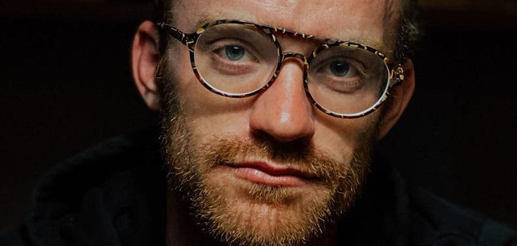homme avec lunette de vue