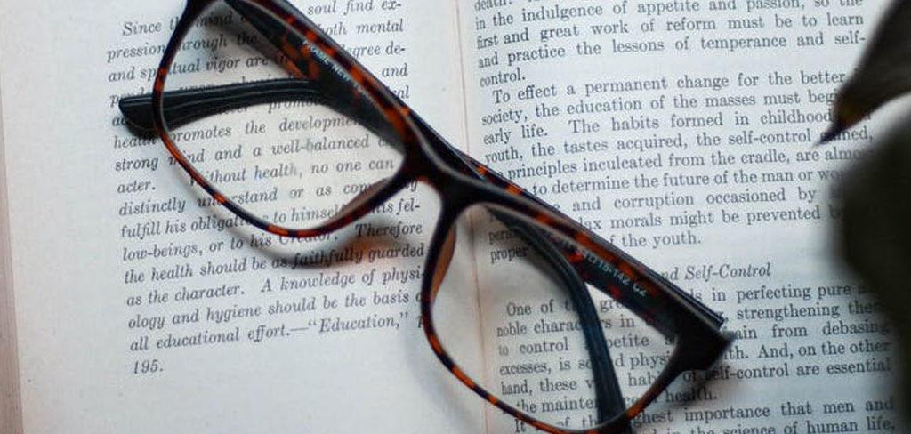 lunette de vue sur un livre